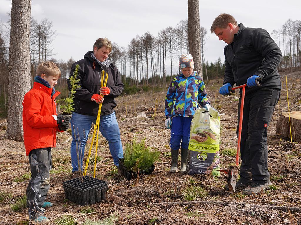 Baumpflanzaktion mit Bio-Gartenhumus